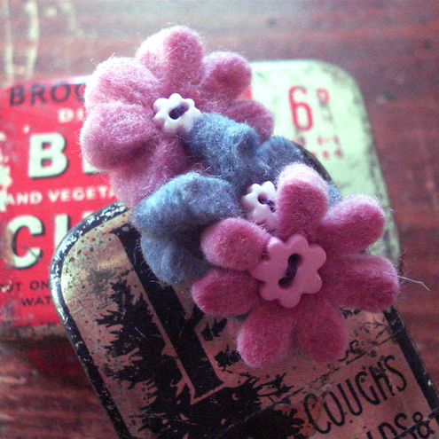 Brooch_with_3_tiny_flowers